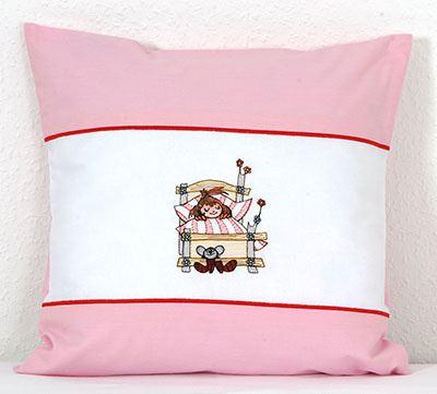 Dětský povlak na polštářek s výšivkou Malá čarodejnice v postýlce